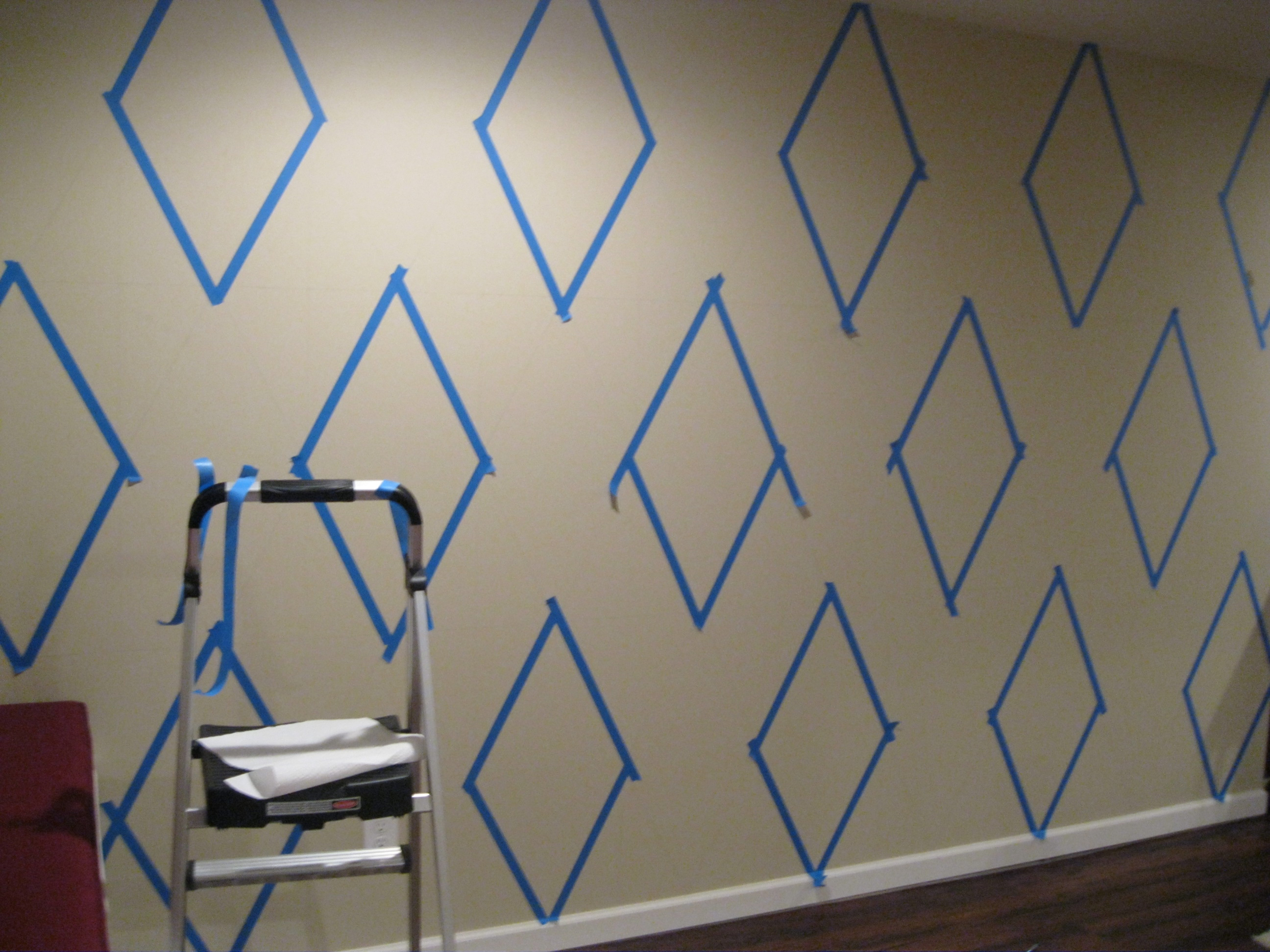 How to paint a diamond pattern on your wall maison d 39 or for Wall design with paint